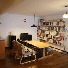 오래된멋을 아는 신혼집 단독주택 리모델링: 주식회사 큰깃의  거실
