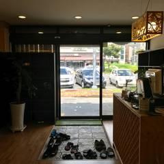 명태조림전문점 개성집 관저동점: 오조인테리어의  다이닝 룸