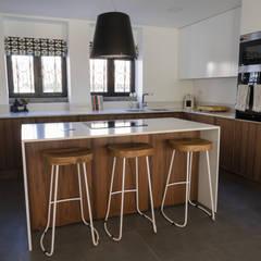 Neve de Nogueira: Armários de cozinha  por Moderestilo - Cozinhas e equipamentos Lda