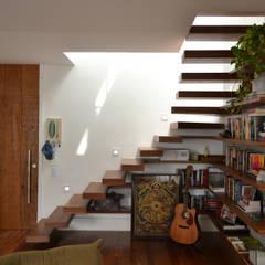 Escaleras de estilo  por Barros Niquet Arquitetura