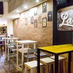 Bar La Hortensia: Bares y Clubs de estilo  de Housing & Colours