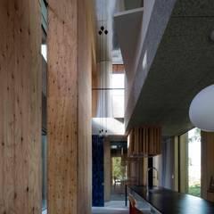 森の素形: 一級建築士事務所 GLAが手掛けたキッチン収納です。,