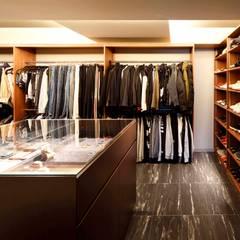 15F boutique: 一級建築士事務所 GLAが手掛けたウォークインクローゼットです。,モダン