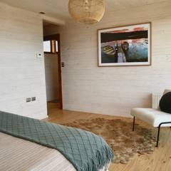 Vivienda Maria Salah: Dormitorios pequeños de estilo  por Kimche Arquitectos