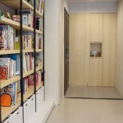 Corridor & hallway by 璞玥室內裝修有限公司
