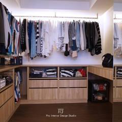 新竹【BLACK  WHITE HOUSE】:  更衣室 by 璞玥室內裝修有限公司
