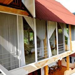 Villa Migelita ecolodge : Habitaciones de estilo  por Brand  Arquitecto interiorista paisajista, Mediterráneo