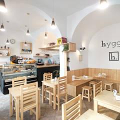 Interiorismo comercial de una cafetería en Córdoba: Bares y Clubs de estilo  de POA Estudio Arquitectura y Reformas en Córdoba,