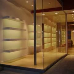Local Comercial. Proyecto y Ejecución. Fabiana Ordoqui  Arquitectura|Diseño: Galerías y espacios comerciales de estilo  por Fabiana Ordoqui       Arquitectura y Diseño - Rosario