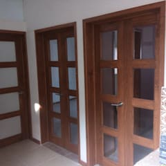 Wooden doors by ARQUITECTOS UNION SC DE RL DE CV