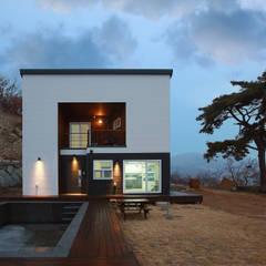 수영장 있는 펜션같은 전원주택: 공간제작소(주)의  전원 주택