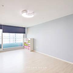 50평형 잠실트리지움 아파트인테리어 _ 파스텔톤의 포인트 컬러로 꾸며진 러블리 하우스: 영훈디자인의  아이방,모던