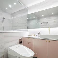 50평형 잠실트리지움 아파트인테리어 _ 파스텔톤의 포인트 컬러로 꾸며진 러블리 하우스: 영훈디자인의  욕실,모던