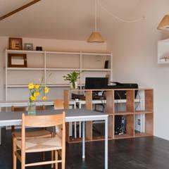 沖之須の家: 横山浩之建築設計事務所が手掛けた書斎です。