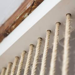 Pared de cuerdas separador de ambientes: Dormitorios pequeños de estilo  de Mamucc