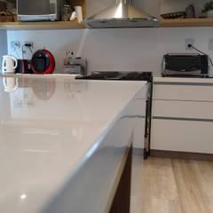 Cocina y mesada Superficie Solida, Blanca, Modelo Perfil, : Cocinas a medida  de estilo  por MOBILFE,Minimalista Cuarzo