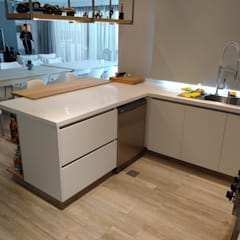 Built-in kitchens by MOBILFE, Minimalist Quartz