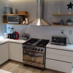 Cocina y mesada Superficie Solida, Blanca, Modelo Perfil, : Cocinas a medida  de estilo  por MOBILFE,Minimalista Madera Acabado en madera