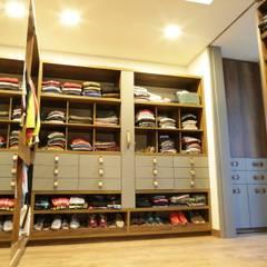 Casa VM  Carpinteria Arquitectonica : Vestidores de estilo  por Intrazzo Mobiliairo, Moderno Aglomerado