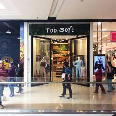 TOO SOFT MALL PLAZA: Centros comerciales de estilo  por Oblicua arquitectura y diseño sas,