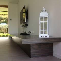 Casa de Campo Llano Grande: Habitaciones de estilo  por Intrazzo Mobiliairo