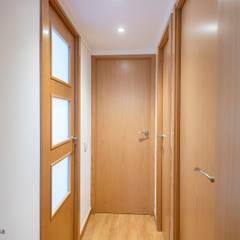 Koridor dan lorong oleh Grupo Inventia, Mediteran Kayu Wood effect