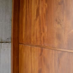 Puerta de Ingreso - Las Delicias: Puertas de entrada de estilo  por Gallo y Manca,Moderno Madera maciza Multicolor