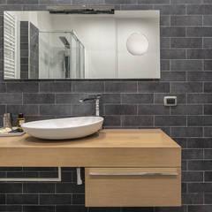 ห้องน้ำ โดย Facile Ristrutturare, อินดัสเตรียล