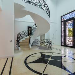 Vivenda V6 Quinta do Lago: Corredores e halls de entrada  por AG FOTOGRAFIA