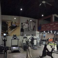 KCG interior showroom: Gimnasios de estilo  por Proyéctica Arquitectos, Moderno
