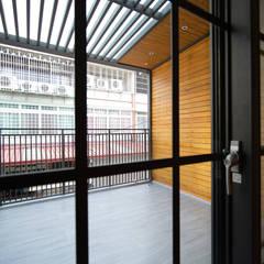 Balcones y terrazas de estilo asiático de 有隅空間規劃所 Asiático