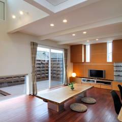 ビルトインガレージの邸宅: 空間工房株式会社が手掛けたリビングです。
