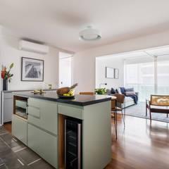 Cocinas equipadas de estilo  por INÁ Arquitetura