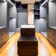Reforma de vivienda en Vigo 026: Vestidores de estilo  de T Estudio de Diseño