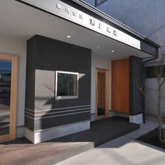 Office buildings by (株)独楽蔵 KOMAGURA