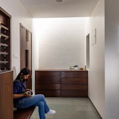 Design for 4,000 sq. ft. at Ranjangaon Ganpati, Pune:  Corridor & hallway by M+P Architects Collaborative,