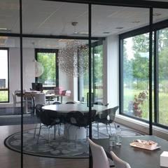 Moderne glazen schuifdeuren op maat Rimadesio Velaria Italiaans design:  Studeerkamer/kantoor door Noctum,