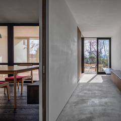 サクラの家: 遠藤誠建築設計事務所(MAKOTO ENDO ARCHITECTS)が手掛けた廊下 & 玄関です。