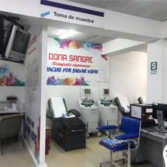 Hospital Rebagliati - Sala de donación de sangre: Paredes de estilo  por Blow Deco Pics , Moderno