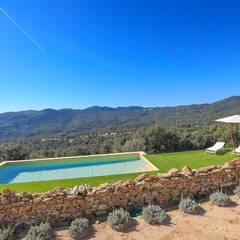 Home Staging en Masía en Girona: Piscinas de estilo  de Markham Stagers