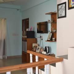 Residential Gurgaon:  Corridor & hallway by Neun designs Pvt.Ltd.