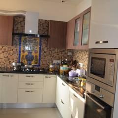 Residential Gurgaon:  Built-in kitchens by Neun Designs Pvt.Ltd.