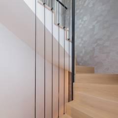 Szarość w drewnie: styl , w kategorii Schody zaprojektowany przez ZIZI STUDIO Magdalena Latos