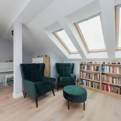 Szarość w drewnie: styl , w kategorii Podłogi zaprojektowany przez ZIZI STUDIO Magdalena Latos