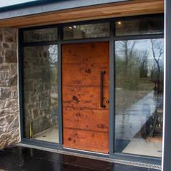 Oxidised metal entrance door by Camel Glass Modern آئرن / اسٹیل