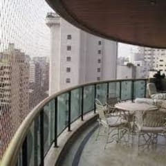 Balcón de estilo  por STEPHANIE REDES DE PROTEÇÃO EM JANELAS E SACADAS
