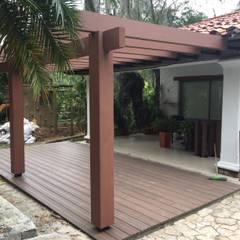 Tropical style balcony, porch & terrace by Madera Plástica Colombia Ecológica SAS Tropical