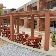 Pérgola y Deck en WPC: Terrazas de estilo  por Madera Plástica Colombia Ecológica SAS, Tropical