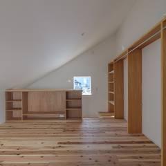 向き合うイエ: WADAGUMIが手掛けた小さな寝室です。