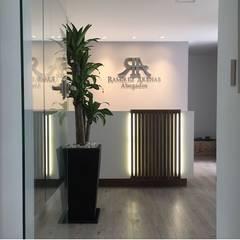 Oficina Ramirez Arenas Abogados: Oficinas y Tiendas de estilo  por MBdesign